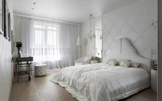 Белые обои в интерьере спальни фото