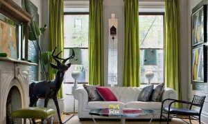 Дизайн гостиной с зелеными шторами